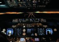 AeroStyle - plakat, nocne lądowanie w Warszawie z kokpitu Boeinga 737